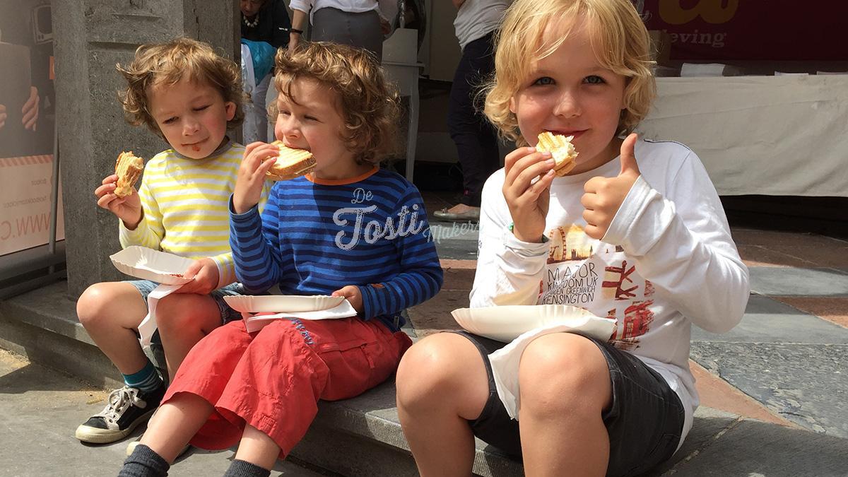 Kinderen eten tosti's bij De Tostimakers